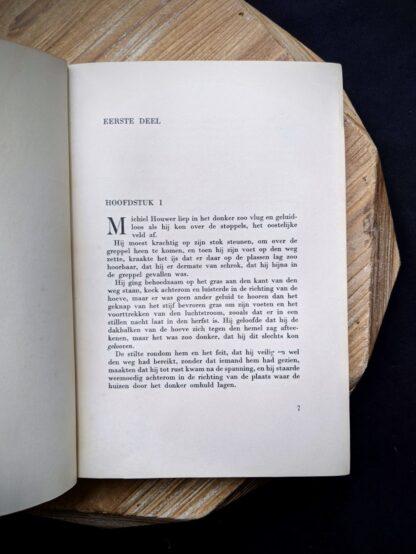 Chapter one inside 1935 copy of De Weg tot Elkander by Trygve Gulbranssen - third book of the trilogy - First Edition